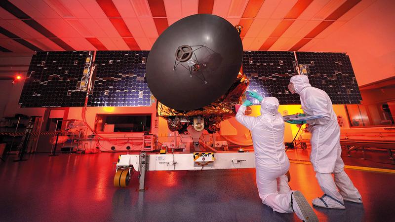 فريق المشروع يجري المراجعات والاختبارات اللازمة قبل انطلاق المسبار. من المصدر