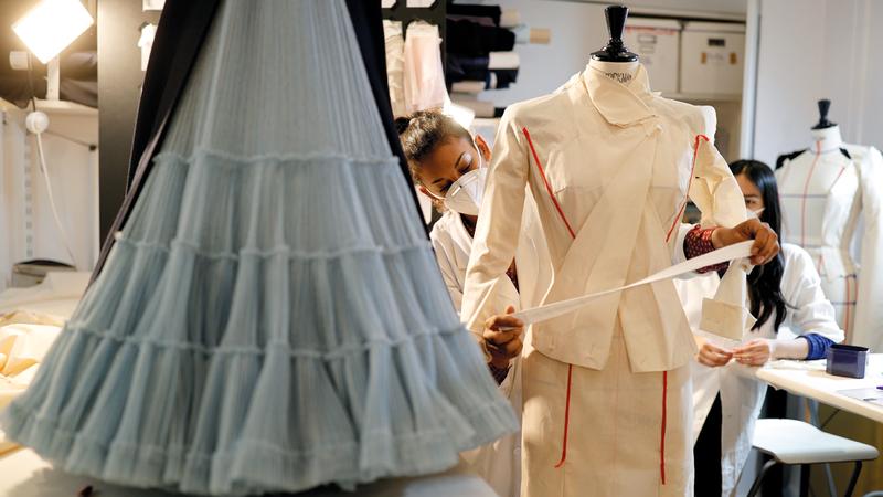 مشغل المصمم جوليان فونرييه الباريسي يواصل عمله لكن بطلبيات خاصة.  رويترز