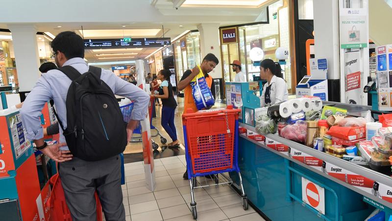 مطالب لمنافذ البيع بالتوسع في التخفيضات جزءاً من المسؤولية الاجتماعية.   تصوير: مصطفى قاسمي