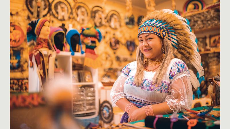 ثقافات من الشرق والغرب تتلاقى في القرية العالمية. من المصدر