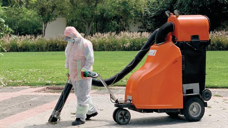 الكمامات الملقاة في الشوارع تهدد بنقل العدوى بالفيروس.