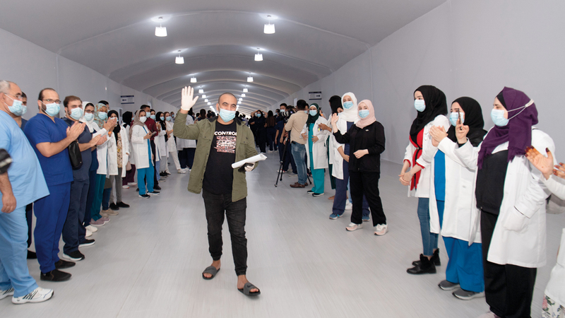 آخر المتعافين من كورونا يغادر مستشفى الإمارات الميداني في دبي.  تصوير: أحمد عرديتي