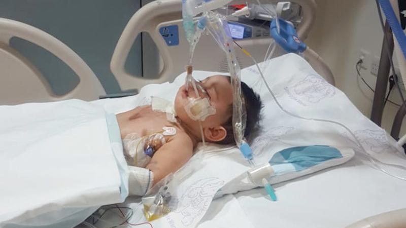 «يوسف» خلال علاجه بالعناية المركزة للأطفال. من المصدر