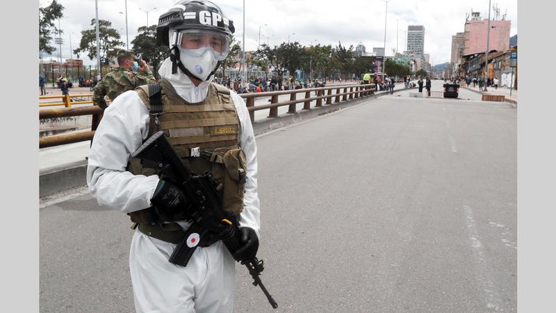 جندي كولومبي خلال دورية بعد إعلان الحجر الصحي الصارم.  أ.ف.ب