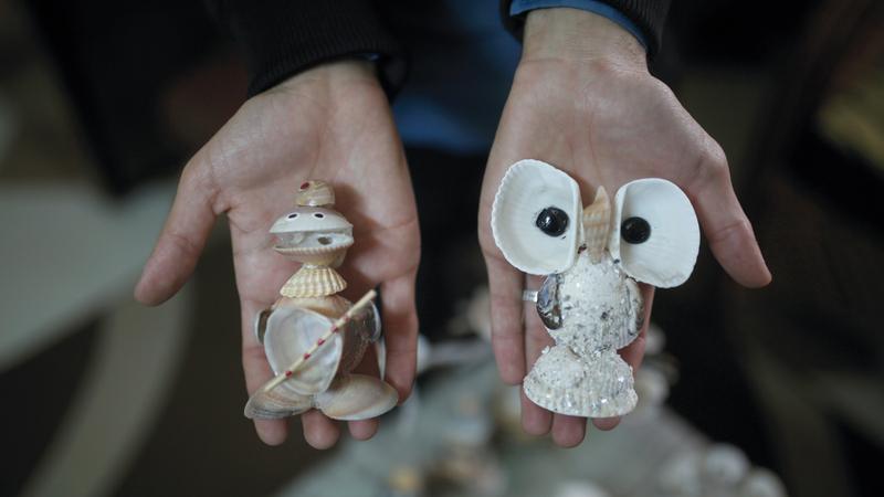 مجسمات كائنات حية يصنعها الشاب المدهون من المحار.  الإمارات اليوم