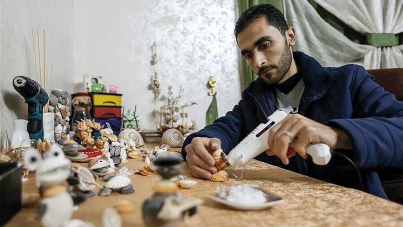 الشاب المدهون يقضي ساعات طويلة في صناعة المجسمات.  الإمارات اليوم