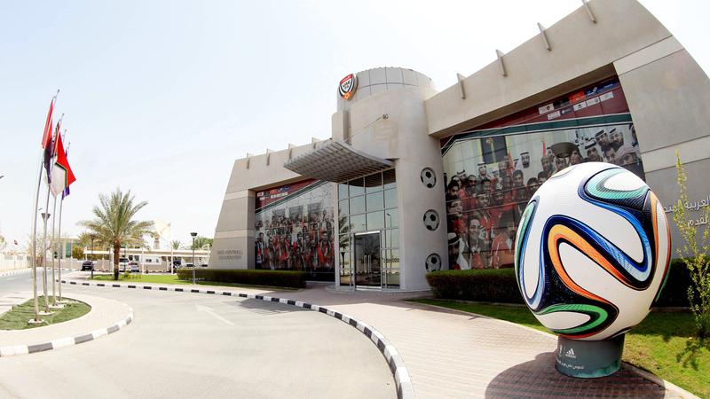 اتحاد الكرة مطالب بإجراء تعديلات في عقود اللاعبين بسبب جائحة كورونا. الإمارات اليوم