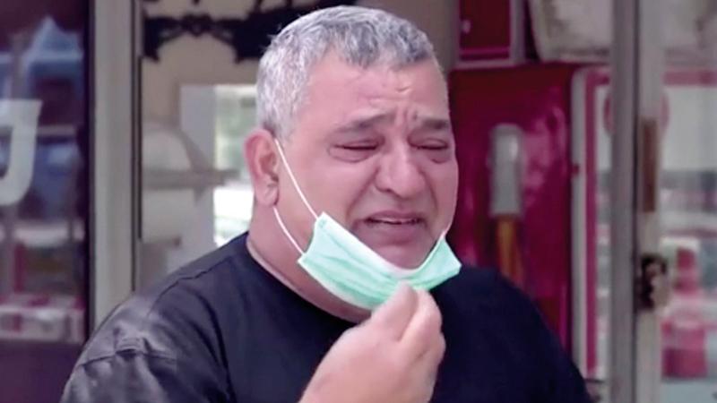 كارمي يبكي بعد ان اوشك على الافلاس. من المصدر