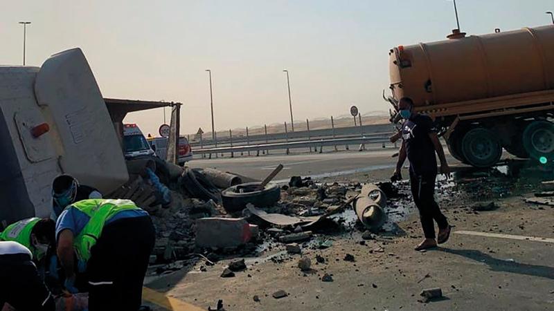 الحادث وقع في منطقة جبل علي حيث تصادمت شاحنتان. من المصدر