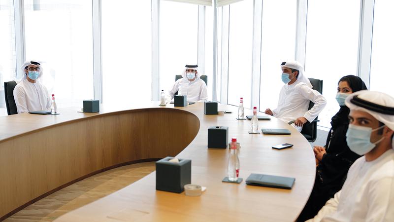 حمدان بن محمد خلال اجتماعه بفريق عمل برنامج دبي للتميز الحكومي. من المصدر