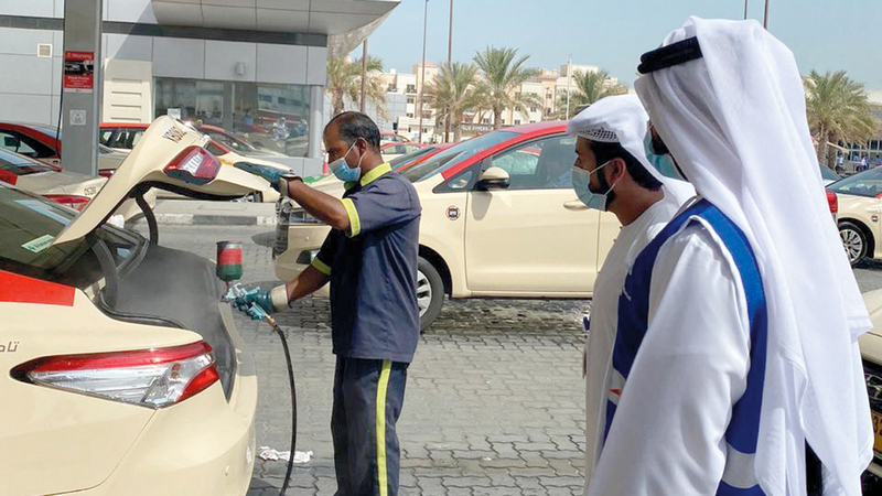 «طرق دبي» تتأكد من التزام مركبات الأجرة بالإجراءات الاحترازية. من المصدر