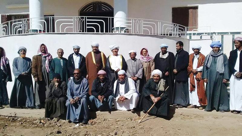 عدد من أهالي قرية الرزيقات المصرية مع بعض العالقين من السودان.من المصدر