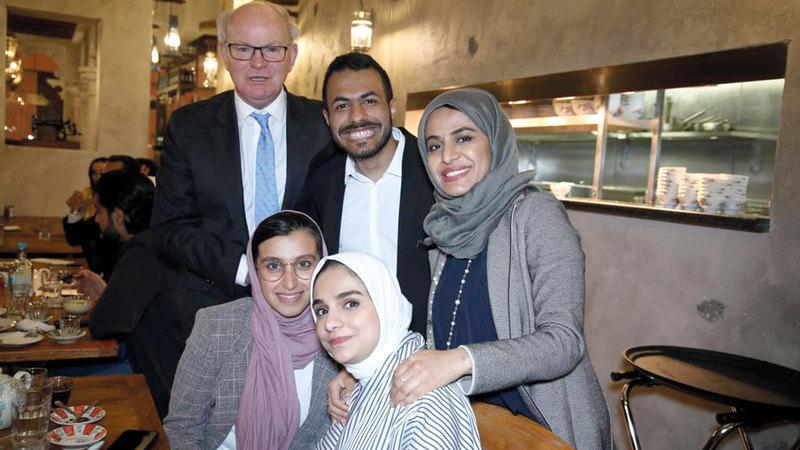 العروسان مع مجموعة من الأصدقاء في لندن.  الإمارات اليوم