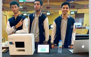 الصورة: 3 طلاب يبتكرون جهازاً ذكياً لصرف الأدوية آلياً