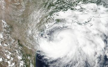 """الصورة: الولايات المتحدة تستعد للعاصفة """"هانا"""""""