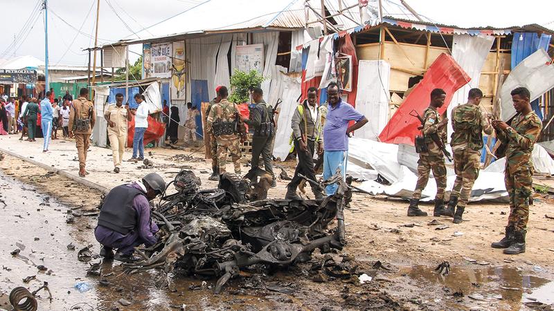 قوات الأمن تقف بالقرب من سيارة مفخخة تم تفجيرها في أحدث هجوم على العاصمة الصومالية مقديشو. أ.ب