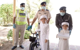 الصورة: شرطة أبوظبي تفاجئ عائلات «خط الدفاع الأول» بزيارات منزلية