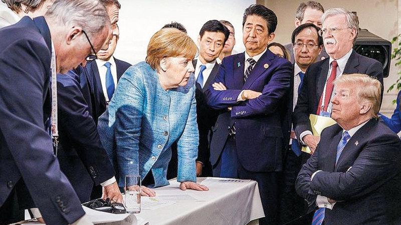 ترامب يبدو في الصورة وكأنه محاصر من قبل قادة العالم. عن المصدر
