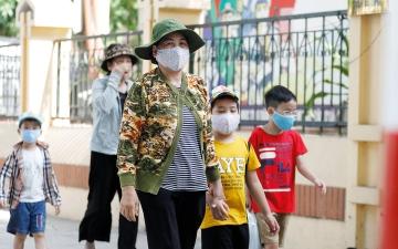 """الصورة: فيتنام.. أسراب من الجراد وزلزال وعودة """"كورونا"""""""