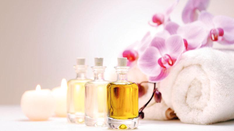 مجموعة متنوعة من العلاجات تستعمل فيها الزيوت العطرية.   د.ب.أ