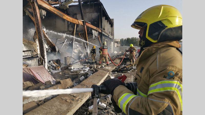 خلال إطفاء الحريق الذي شب في مستودعين.من المصدر