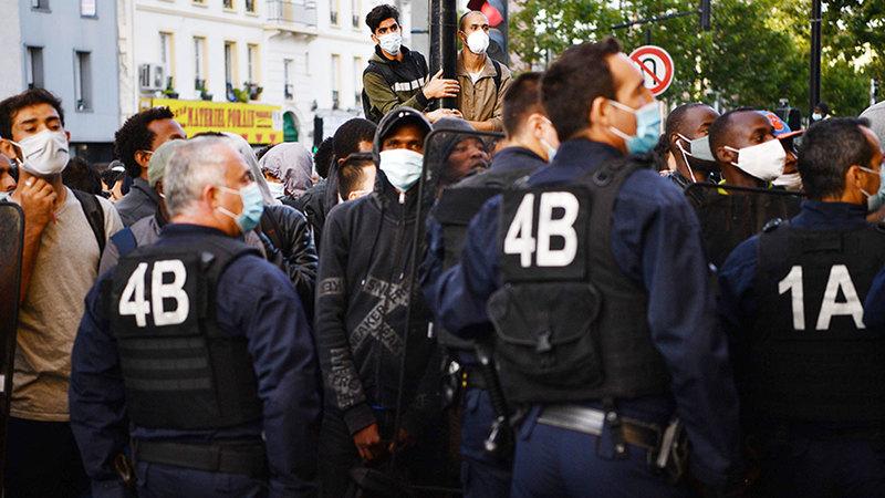 رجال الشرطة يواجهون اللاجئين في مخيماتهم غير القانونية طوال الوقت.   أ.ف.ب