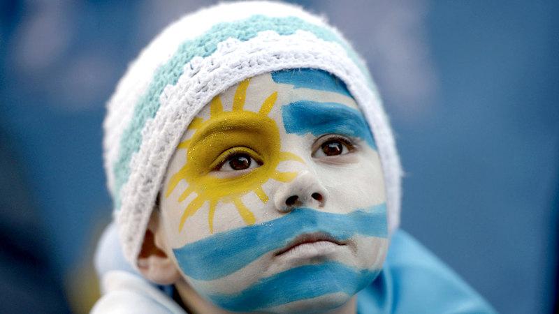 أطفال أوروغواي يتسلمون تاريخاً كروياً ناصعاً من اللاعبين القدامى.   أ.ب