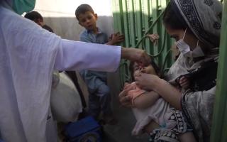 """تنفيذ أول حملة على مستوى العالم لتطعيم الأطفال ضد شلل الأطفال في ظل """"كورونا"""" thumbnail"""