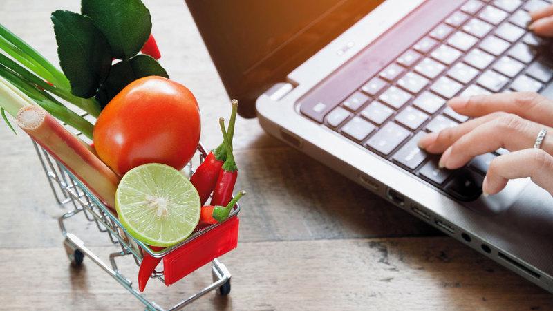 إقبال من مستهلكين على التوسع في شراء السلع الغذائية عبر المنصات الإلكترونية.  أرشيفية