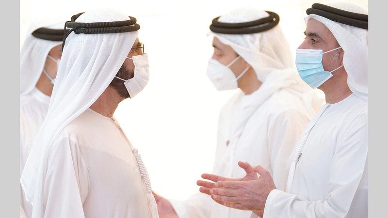 محمد بن راشد في حديث مع سيف بن زايد على هامش ترؤسه أول اجتماع حضوري لمجلس الوزراء بقصر الرئاسة بعد اجتماعات عدة عن بُعْد. وام