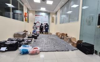 الصورة: شرطة أبوظبي تحبط ترويج نحو 1.2 مليون حبة مخدرة