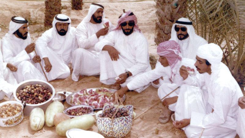 الشيخ زايد أثناء فترة استراحته مع المسؤولين بمدينة ليوا (1979). الأرشيف الوطني