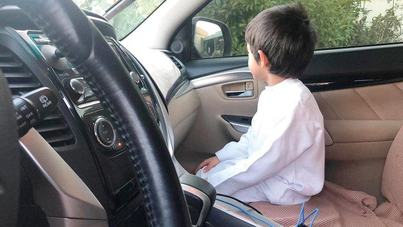 الشرطة أكدت خطورة جلوس الأطفال دون 10 أعوام في المقاعد الأمامية.  من المصدر