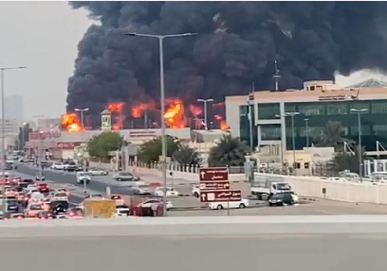 حريق متطور بأحد الأسواق الشعبية- الإمارات موقع التجارة - www.alttejarat.com