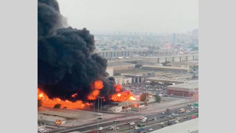 فرق الإطفاء كافحت الحريق لساعات.  الإمارات اليوم