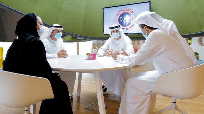 حمدان بن محمد يستمع إلى شرح حول استعدادات المدارس للعام الدراسي الجديد. وام