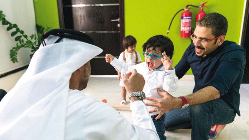 جلسة علاج طبيعي في مركز دبي لتطوير نمو الطفل.  من المصدر