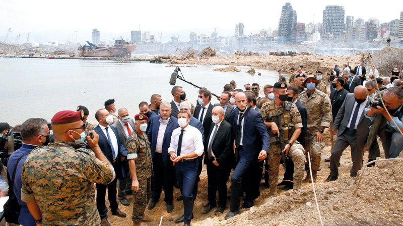 ماكرون خلال جولته في موقع الدمار بمرفأ بيروت.  أ.ف.ب