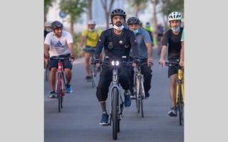 الصورة: محمد بن راشد يتجول بدراجة هوائية في دبي