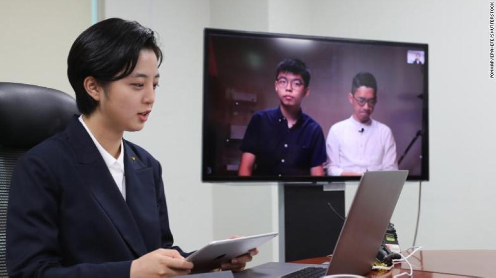 ريو تتحدث عبر الفيديو الى بعض المناصرين للديمقراطية في هونغ كونغ، عن المصدر.