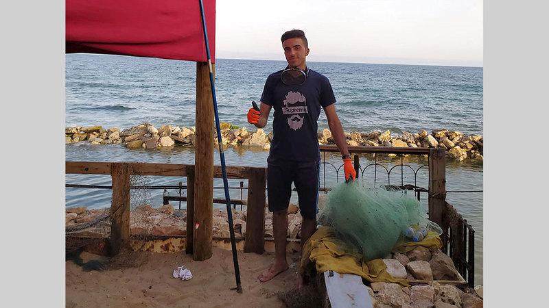 أدوات بسيطة صنعها بيده تساعده في رحلة الصيد اليومي.  من المصدر