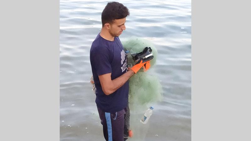 الشاب العوضي يقضي رحلة يومية داخل مياه البحر.   من المصدر
