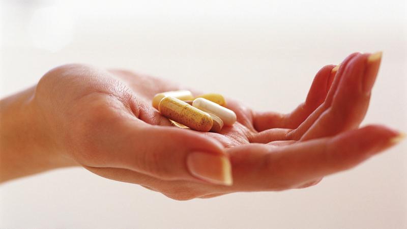 الإفراط في تناول بعض الفيتامينات قد يتسبب في ارتفاع ضغط الدم وتكوّن حصى الكلى وتلفها.  أرشيفية