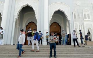 الصورة: «حوارات أبواب المساجد» ناقل خفيّ لـ «كورونا»