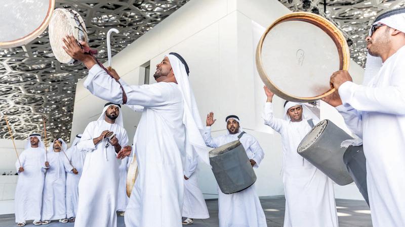 العيّالة تعدّ من أهم الفنون الشعبية الإماراتية التي تجسّد معاني القوة والفروسية والتلاحم.  أرشيفية