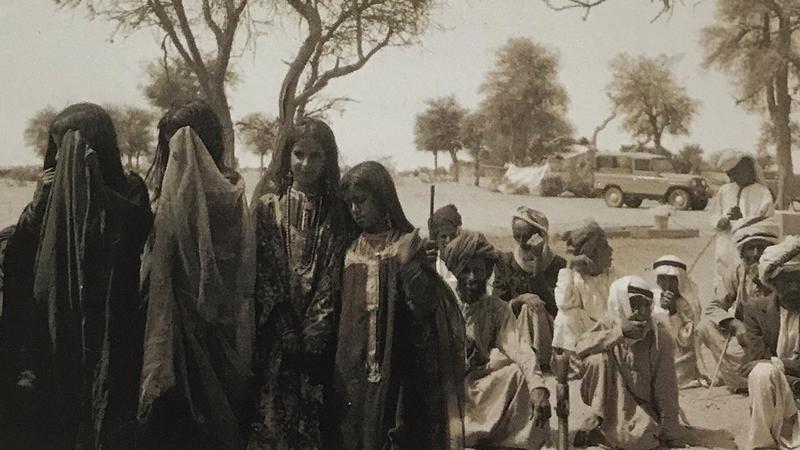 فتيات يؤدين رقصة شعبية في الهيلي بالعين في إحدى المناسبات.   الأرشيف الوطني
