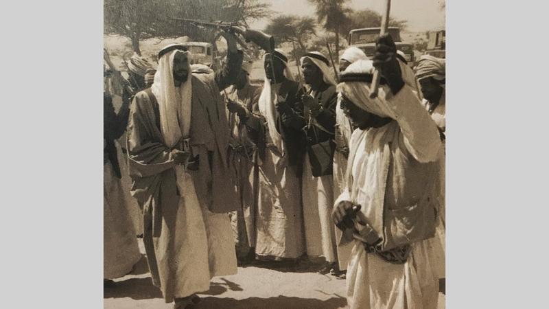 الشيخ زايد بن سلطان آل نهيان يشارك أهالي العين في رقصة تقليدية «الرزفة» خلال إحدى المناسبات.   الأرشيف الوطني