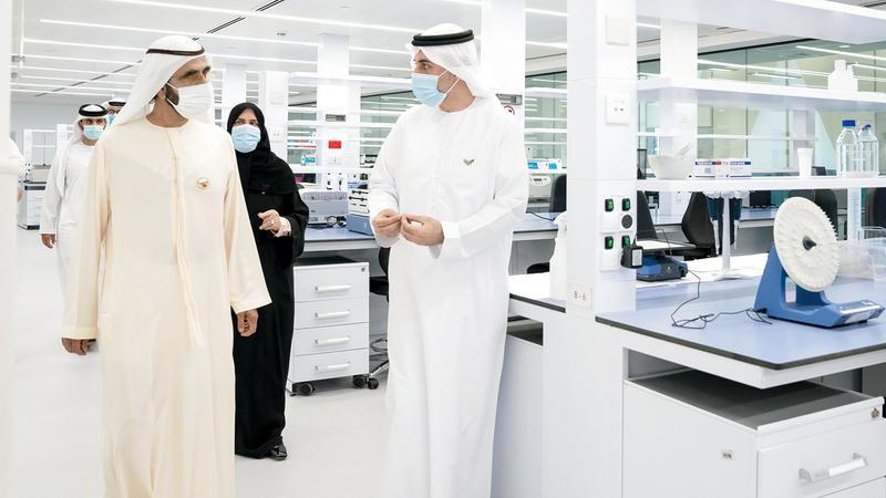 محمد بن راشد خلال زيارته إلى «مركز محمد بن راشد للأبحاث الطبية».  وام