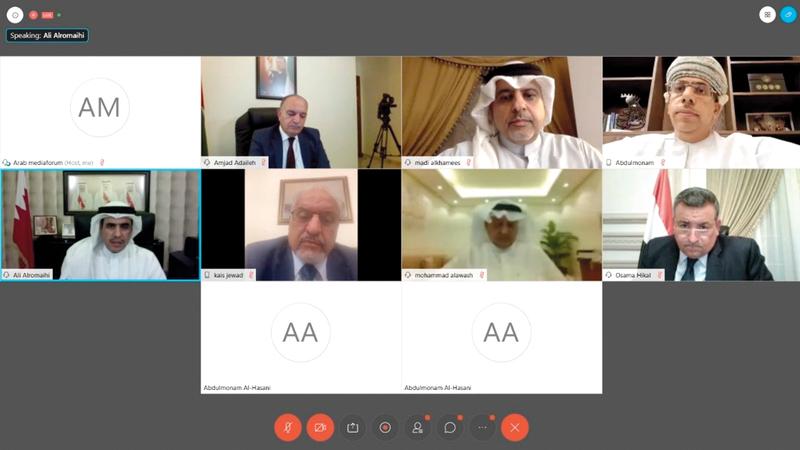 المشاركون في الملتقى أثناء الجلسة عن بُعد.   الإمارات اليوم
