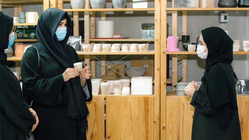 لطيفة بنت محمد خلال جولتها في حي دبي للتصميم.   من المصدر